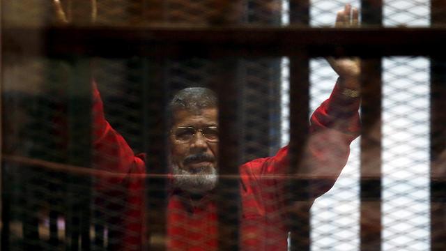 נשיא מצרים המודח מוחמד מורסי מת בבית המשפט (צילום: רויטרס)