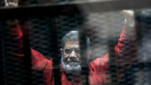 נשיא מצרים המודח מוחמד מורסי מת בבית המשפט (צילום: AP)
