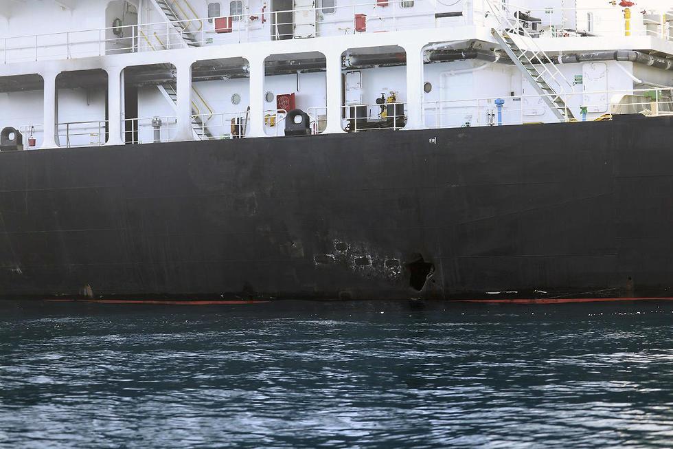 מכלית שנפט שנפגעה במפרץ עומאן (צילום: AP)