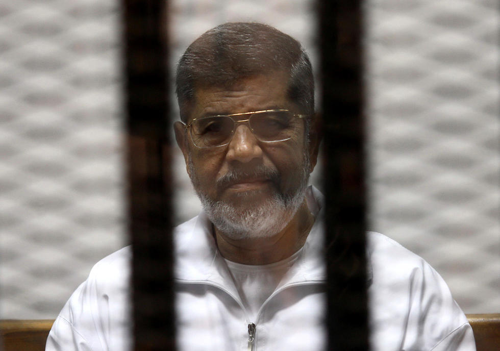 מורסי בכלוב הנאשמים, מאי 2014 (צילום: רויטרס)