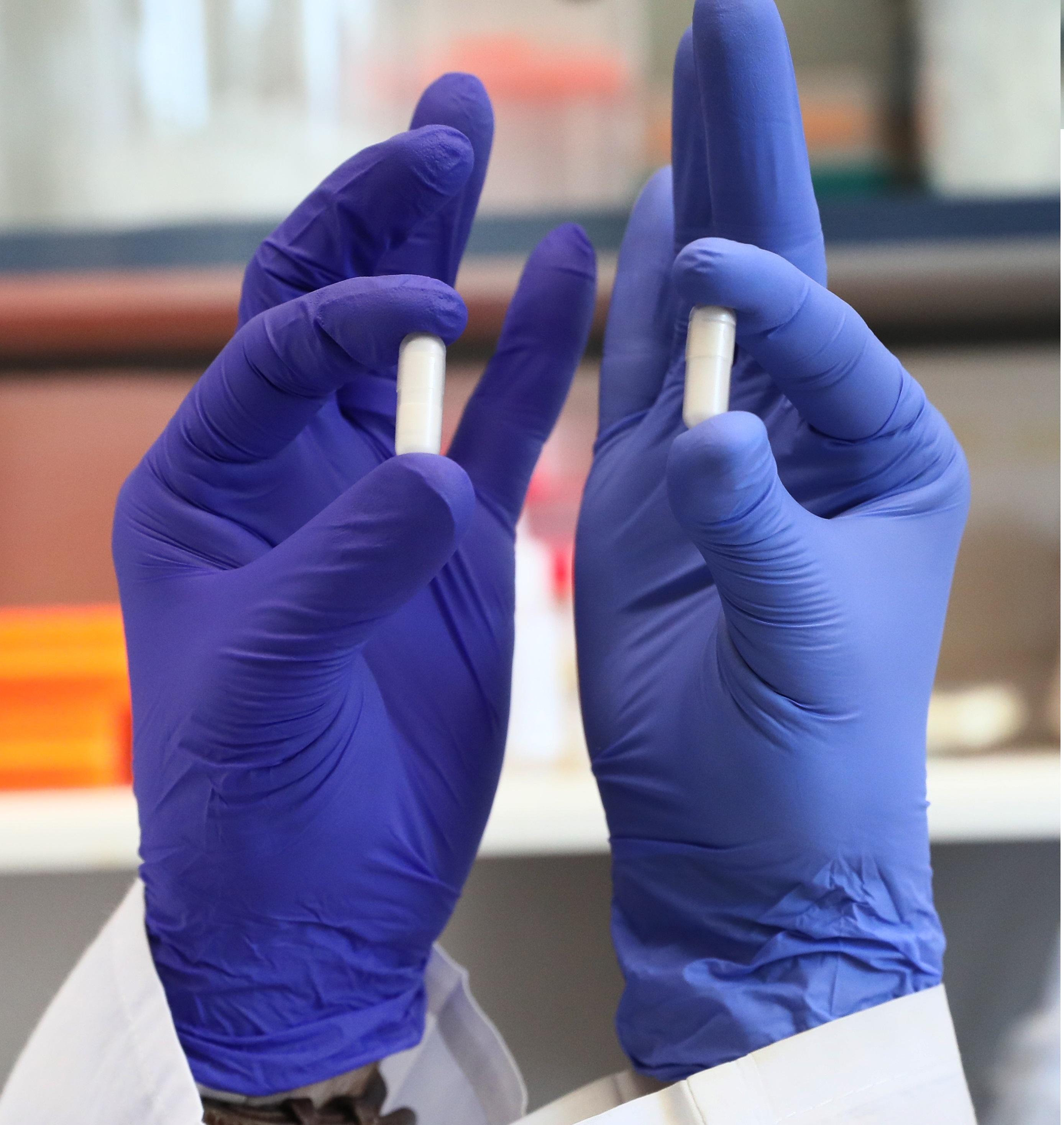 "Новый препарат: упакован в белые капсулы без вкуса и запаха. Фото: Петр Флитер (больница ""Рамбам"")"