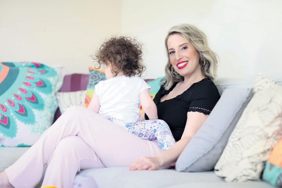 גל אופיר־קופף עם בתה אליה. בחופשת הלידה איתה התחילה לרקוח תכשירים (צילום: תומריקו)