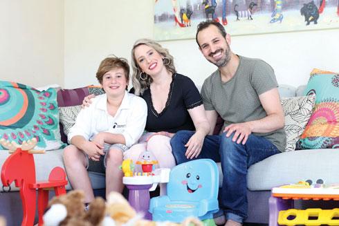 הכירו בגיל תשע, חידשו קשר בפייסבוק אחרי גירושיה. עם בעלה גיא ובנה מהנישואים הקודמים, יהונתן (צילום: תומריקו)