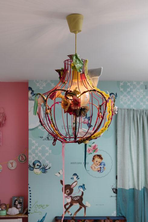 מהתקרה משתלשלת מנורה בעיצוב האם (צילום: שירן כרמל)