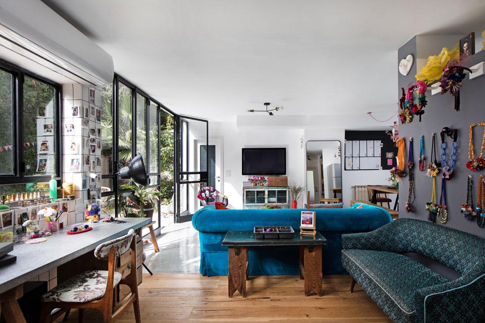מבט מהסטודיו הביתי, שנמצא בין הסלון לחדרה של הבת. ''רציתי חלל פתוח כמו לופט, שהכל יהיה זורם - העבודה עם החיים'' (צילום: שירן כרמל)
