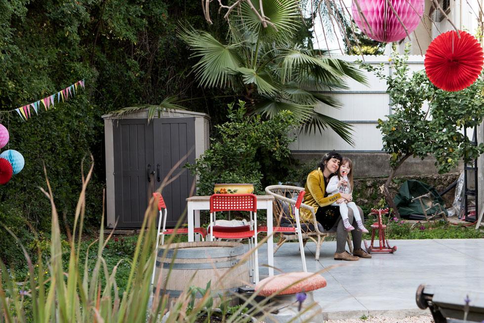 גרטנברג ובתה בגינה. ''אני אוהבת להפתיע בחיבורים חדשים, ולהכין לבד דברים'', היא אומרת (צילום: שירן כרמל)