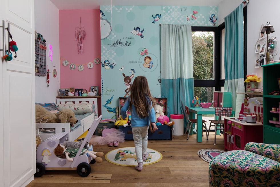 בפנים משחק של חומרים וצבעים בין הקיר, הטפט והווילון (צילום: שירן כרמל)