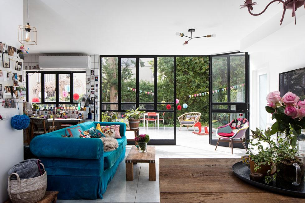 הכניסה אל דירת הקרקע נעשית דרך הגינה וויטרינת הסלון. ''אין לי בעיה שיסתכלו פנימה, אני חיה בתוך אקווריום'', אומרת גרטנברג (צילום: שירן כרמל)