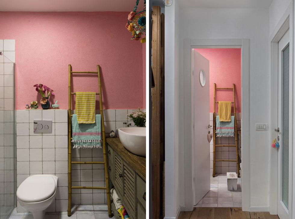 בצד אחד של חדר הרחצה שידה בסגנון ישן עם כיור עליון ומראה, ובצד השני מקלחון. הקיר כוסה בחלקו התחתון באריחים לבנים, והשאר נצבע ורוד (צילום: שירן כרמל)