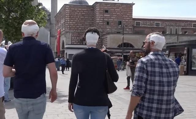 После пересадки волос троица отправилась исследовать Стамбул. Фото: снимок с экрана