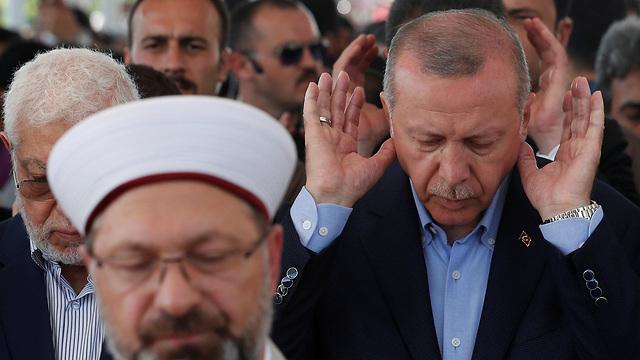 נשיא טורקיה ארדואן תפילה לזכר נשיא מצרים מורסי  (צילום: רויטרס)