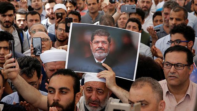 טורקיה איסטנבול אנשים מתאבלים על נשיא מצרים לשעבר מוחמד מורסי (צילום: רויטרס)