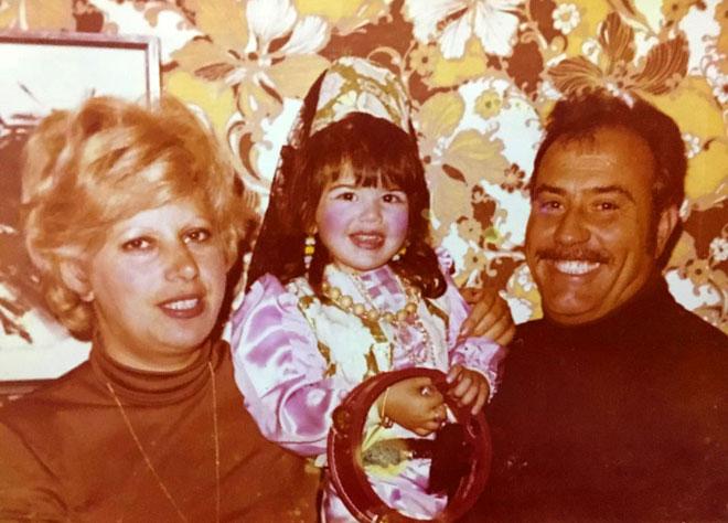 """עם הוריה. """"נתינה ועזרה לזולת"""" (צילום: אלבום פרטי)"""