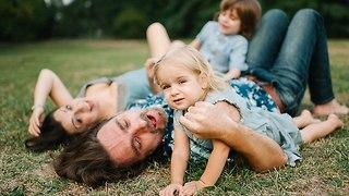 משפחה עושה פיקניק (צילום: Shutterstock)