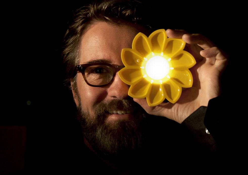 אולאפור אליאסון ו''השמש הקטנה'' שעיצב, במקביל לדגמים שלו לאיקאה. זו מיועדת למדינות עולם שלישי, שאינן נהנות מחשמל (ומחנויות איקאה) (צילום: inter ikea systems)