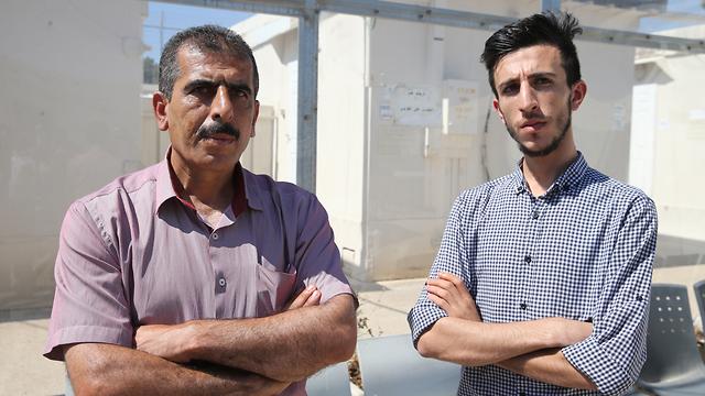 Anwar et Qusay Katusa, le frère et père du suspect de viol, Mahmoud Katusa, devant le tribunal militaire d'Ofer en Cisjordanie mercredi (Photo: Amit Shabi)