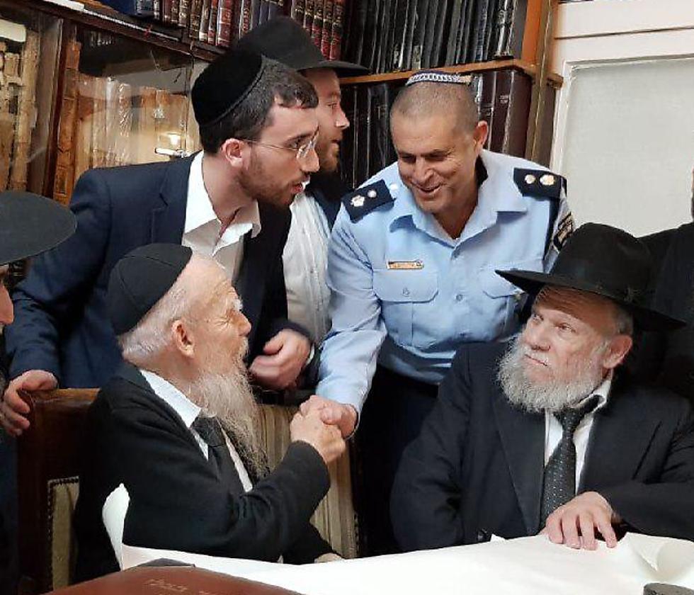 מפקדי המשטרה אצל הרב אדלשטיין ()