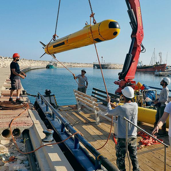 צוות המחקר מאוניברסיטת חיפה ואנשי הספינה מעמיסים את רובוט החיפוש על הסיפון