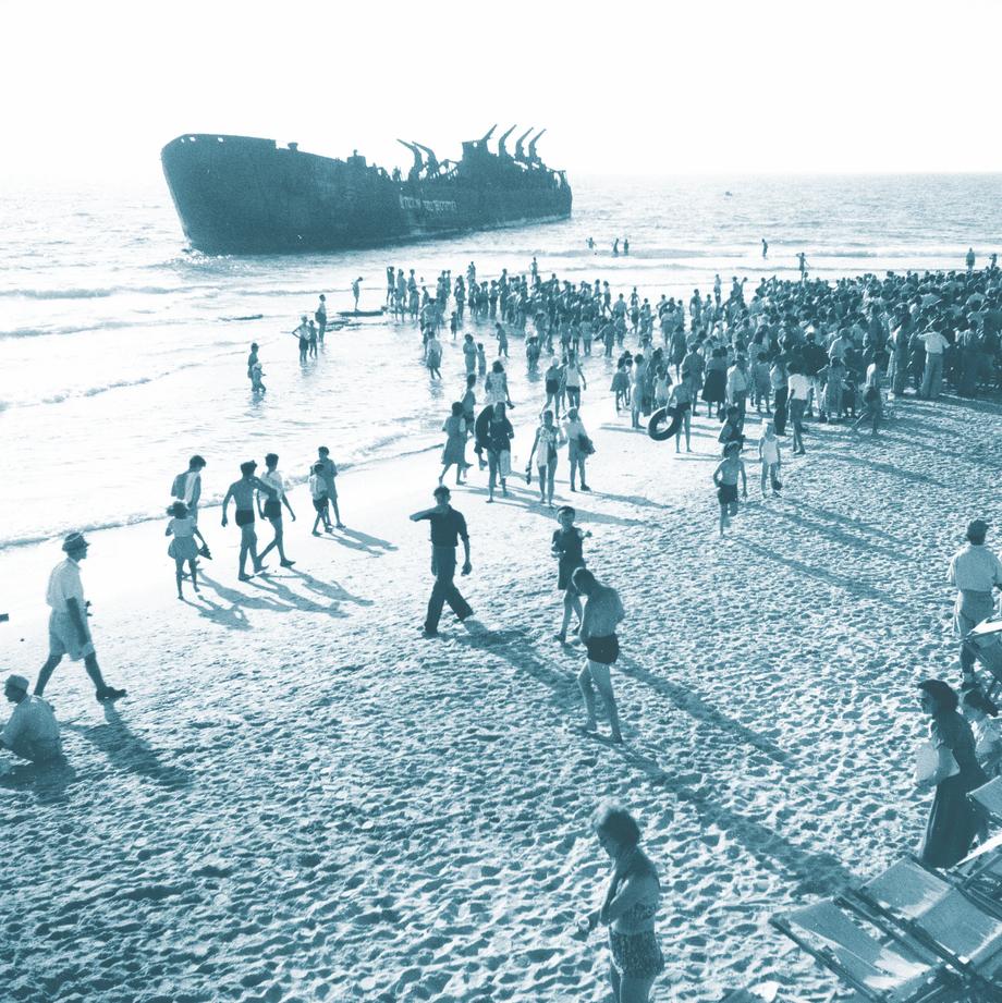 במלאת שנה להפגזת אלטלנה, עצרת זיכרון מול הספינה על חוף תל־אביב