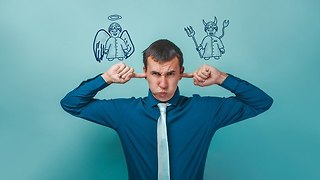 אדם נקרע בין השטן למלאך (צילום: Shutterstock)