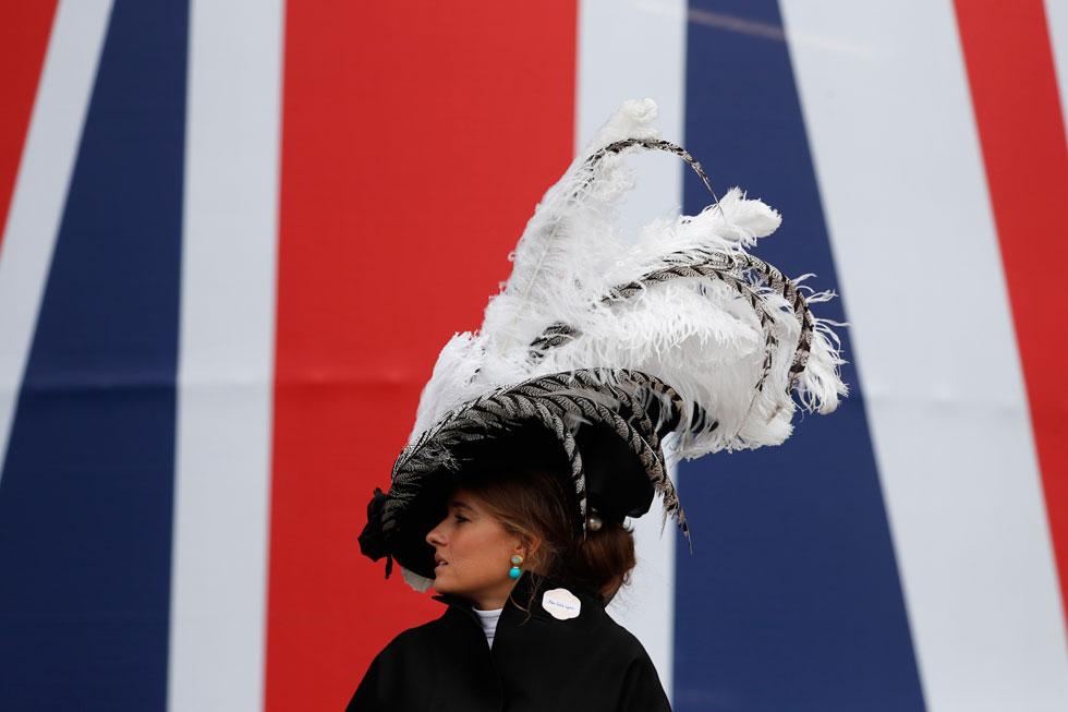 קשה היה לפספס את האורחת בכובע הנוצות הגרנדיוזי, שהצטלמה על רקע דגל היוניון ג'ק  (צילום: AP)