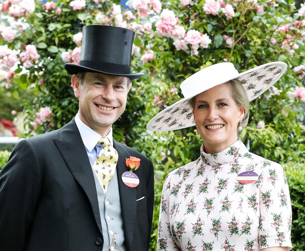 סופי, רוזנת ווסקס, מגדירה את הסט החדש: שמלת מקסי עם שרוולים קצרים וכובע בהדפס תואם בעיצוב אמיליה וויקסטד  (צילום: Chris Jackson/GettyimagesIL)