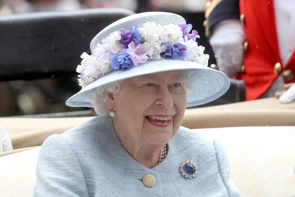 המלכה אליזבת ה-II פותחת את יומה השני של תחרות הרויאל אסקוט, עם כובע תכלת שעליו ערוגת פרחים בגווני פסטל בעיצובה של הכובענית רייצ'ל טרבור-מורגן, שהותאם בצבעיו לחליפת החצאית האלגנטית שלבשה (צילום: Chris Jackson/GettyimagesIL)