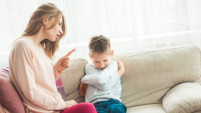 אמא מזהירה (צילום: Shutterstock)