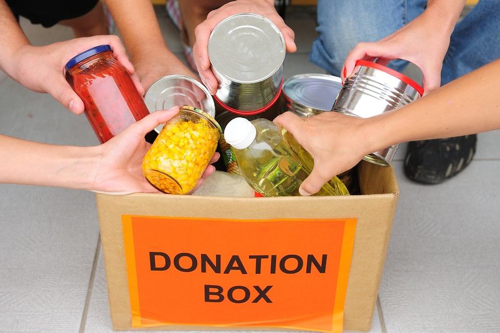 קופסאות שימורים שנתרמות לנזקקים ()