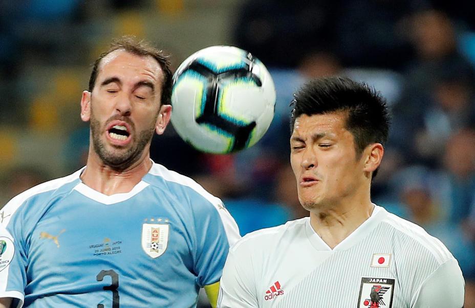גודין ואוודה מחפשים את הכדור (צילום: EPA)