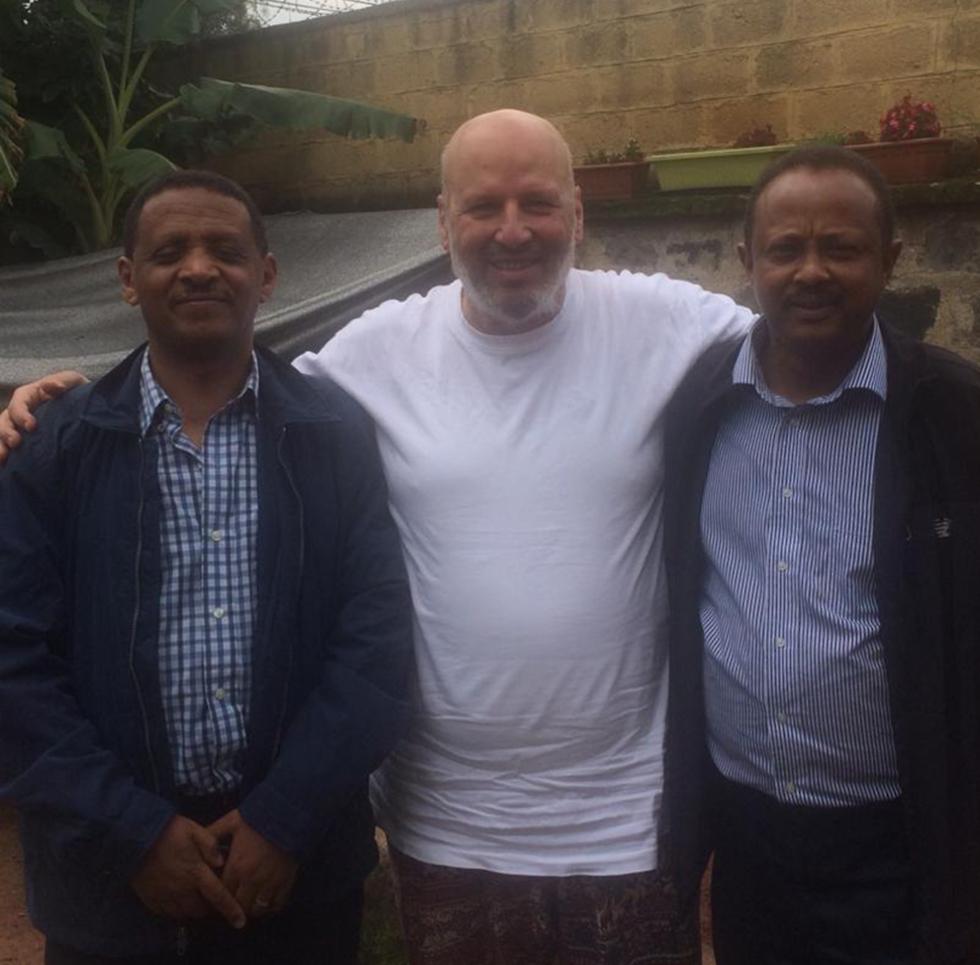 מנשה לוי עם שגריר אתיופיה בישראל, רטה אלמו נגה (משמאל) ועורך דינו פאסיל (מימין) ()