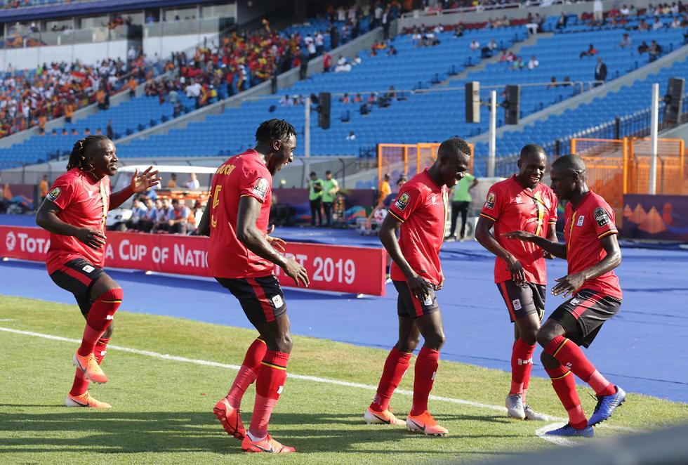 שחקני אוגנדה חוגגים (צילום: EPA)