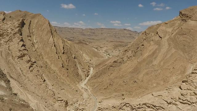 המכתש הקטן חצרה (צילום: ג'ורג'י נורקין, רשות הטבע והגנים)