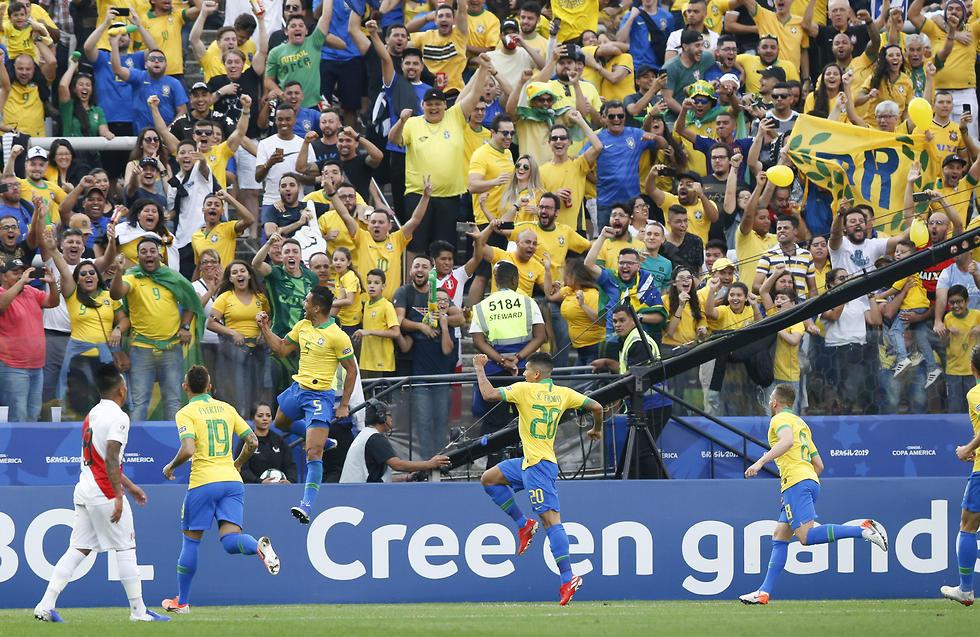 שחקני ברזיל חוגגים (צילום: AP)