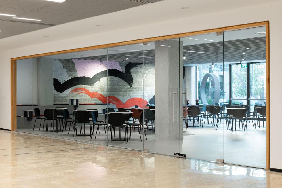 במקום הקפיטריה הדלוחה במעבר דחוס, יש את ''סטודיו קפה'', בשטח של 160 מטרים רבועים. מבפנים אפשר לראות את גן הפסלים (צילום: גדעון לוין)