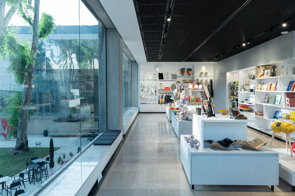 מבט מהחנות החדשה החוצה. המבקרים מרוויחים מבטים, אבל השימוש בזכוכית כהה מונע מבט הפוך (צילום: גדעון לוין)