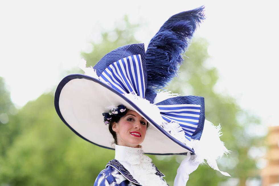 """מקורות השראה: """"גבירתי הנאווה"""". האורחת התיאטרלית התייצבה ביום שמשי חמושה בכובע נוצות רחב תיתורת ושמלה תואמת, שנראתה כאילו נלקחה מארכיון התלבושות של אודרי הפבורן במחזמר הנודע משנת 1964  (צילום: Chris Jackson/GettyimagesIL)"""