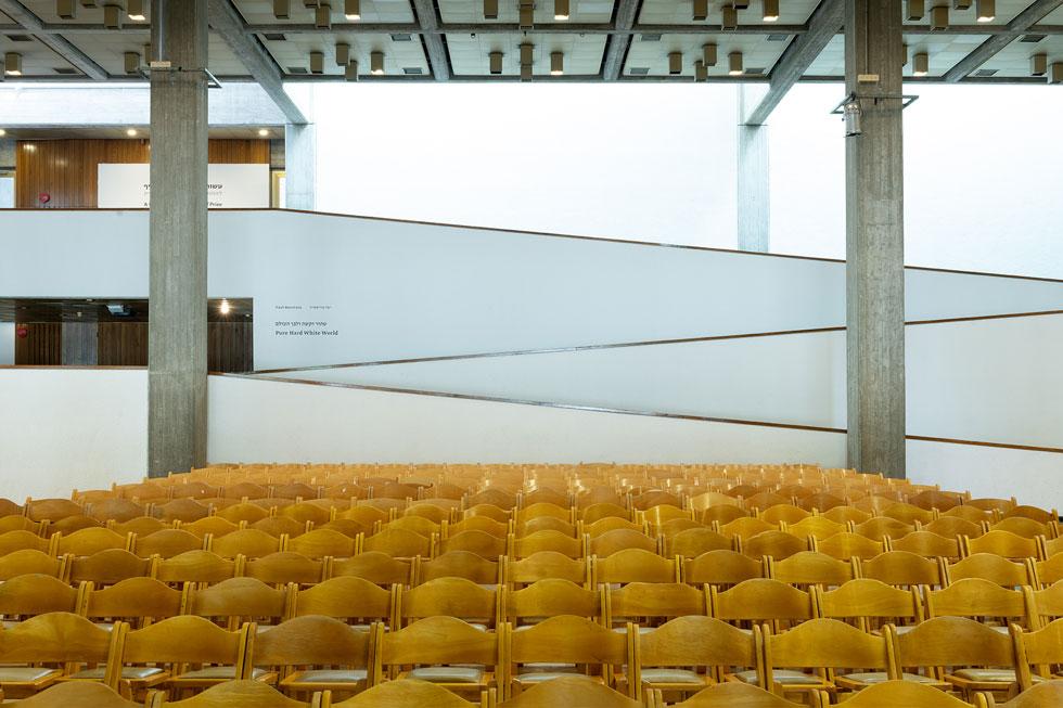המבואה. עמודי הבטון שופצו ונראים חדשים, והכיסאות ממתינים לטקס החגיגי שיתקיים כאן הערב (צילום: גדעון לוין)