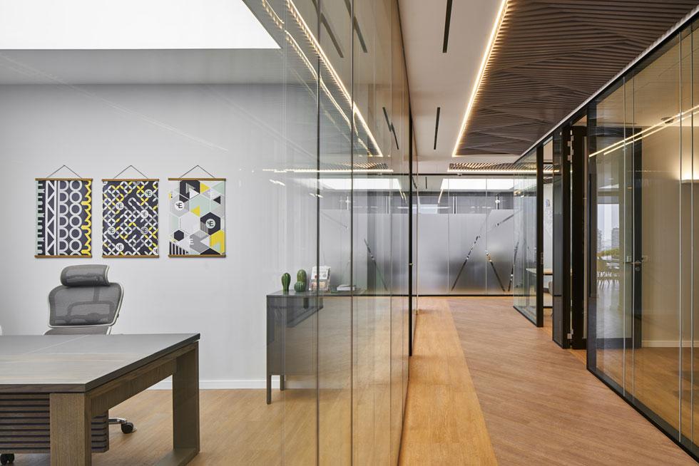 המחיצות ברחבי המשרד הן  מזכוכית כפולה, 'דאבל גלייז', שחוסמת רעשים  (צילום: ליאור טייטלר)