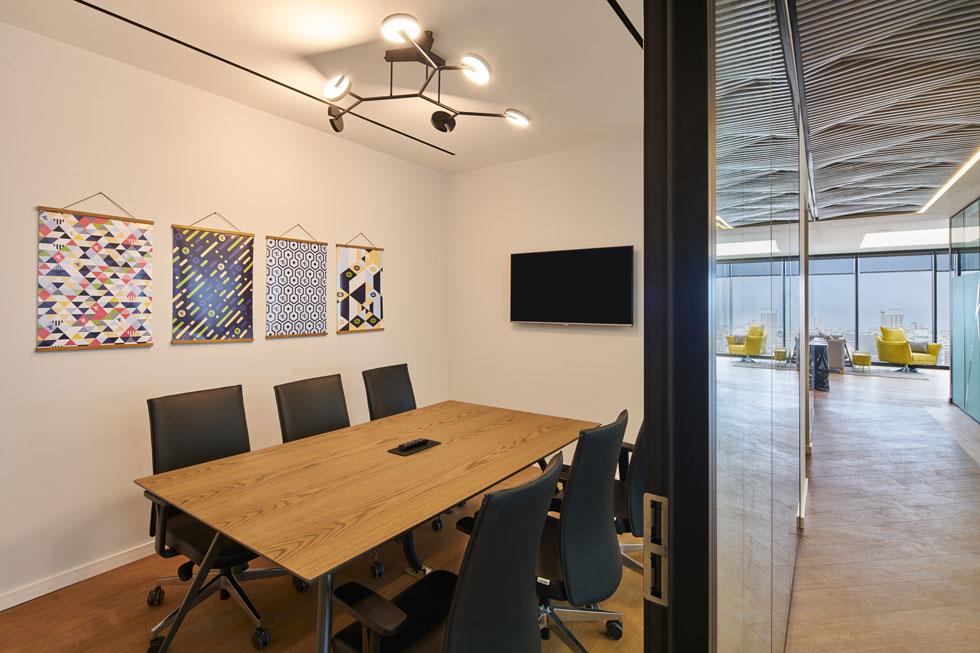 כדי שלכל עובד תהיה אפשרות ליהנות מהנוף, בחרנו בתפיסה תכנונית של חלוקת החלל כך שבכל חדרי העבודה יהיו חלונות וחדר הישיבות יהיה ממוקם בחלק הפנימי (צילום: ליאור טייטלר)