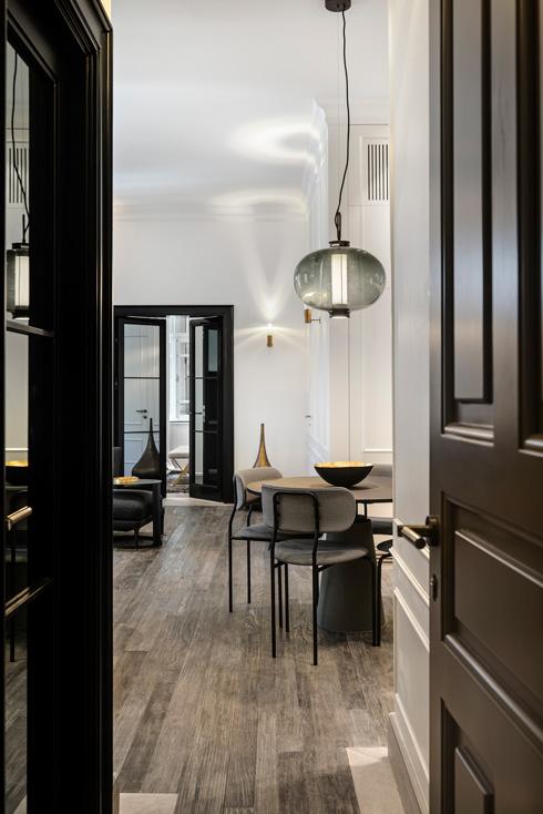 מבט מדלת הכניסה, דרך המטבח והסלון, עד לחדר השינה (צילום: עודד סמדר)