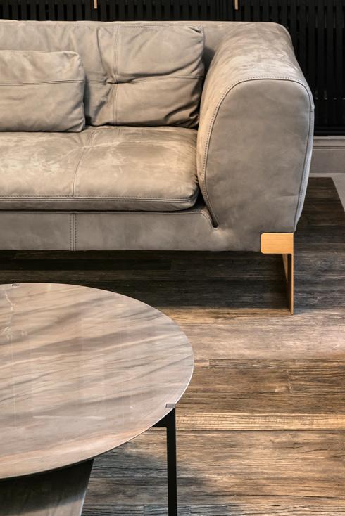 ספה בריפוד עור עם רגלי פליז (צילום: עודד סמדר)