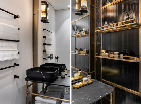 מדפי פליז על מחיצת המקלחון (בתמונה מימין), משטח כיור ומתלי מגבות שחורים (משמאל) (צילום: עודד סמדר)