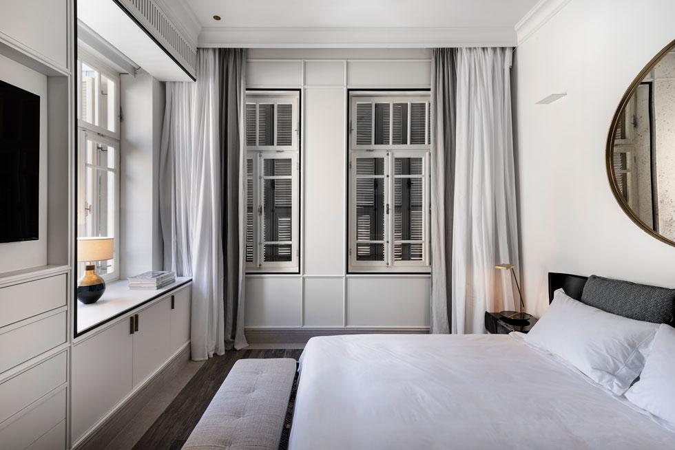החדר נעטף בעץ לבן, ובני הזוג קיבלו את מבוקשם - סוויטה בוטיקית ברוח ת''א הקטנה. עיצוב: אבירם-קושמירסקי. לחצו לכתבה המלאה על הדירה (צילום: עודד סמדר)
