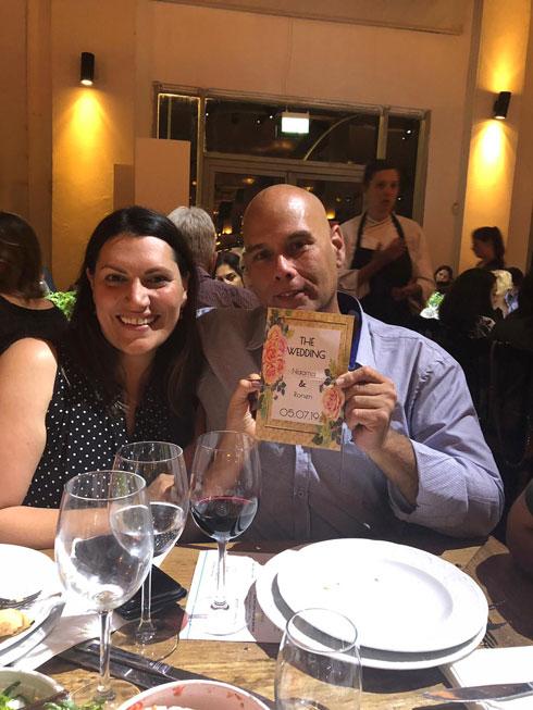 רונן ונעמה עם ההזמנה לחתונה בהפתעה (צילום: אלבום פרטי לשימוש הכתבה בלבד)