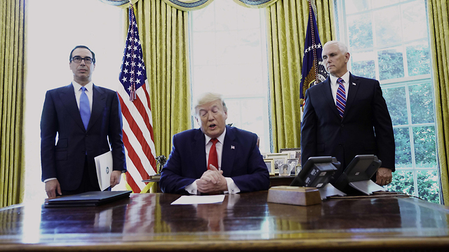 Donald Trump signs an order for new sanctions on Iran  (צילום: AFP)