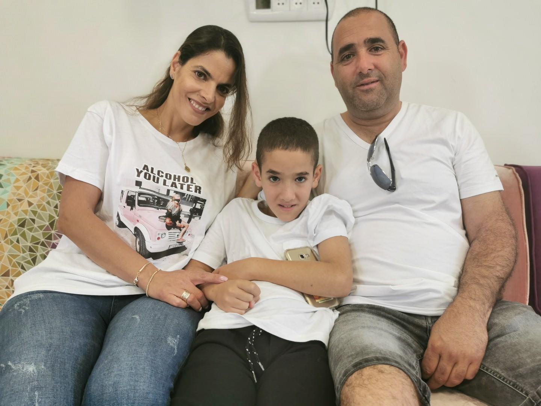 """נועם עם הוריו, דקלה ויגאל. """"כל המשפחה מחכה למפגשים""""  (צילום: ליאור אוחנה)"""