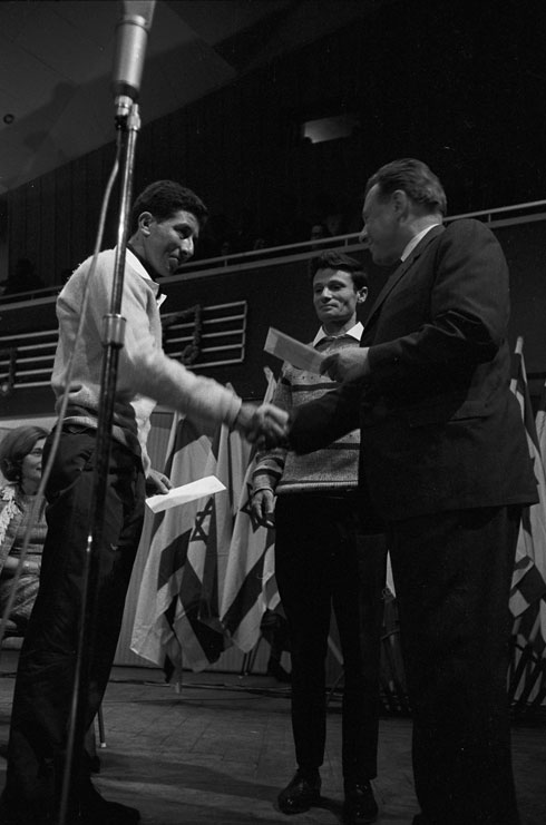 הסבא בתחילת דרכו: טהרלב (במרכז) ונחום היימן (משמאל) מקבלים מראש העיר ירושלים טדי קולק פרס בפסטיבל הזמר 1965 (צילום: דוד רובינגר)