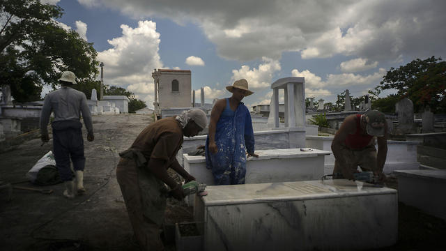 Workers polish a marble tomb at the Jewish cemetery in Guanabacoa, eastern Havana, Cuba (Photo: AP)
