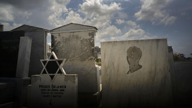 Tombs decorated with the Star of David in the Havana Jewish Cemetery (Photo: AP)
